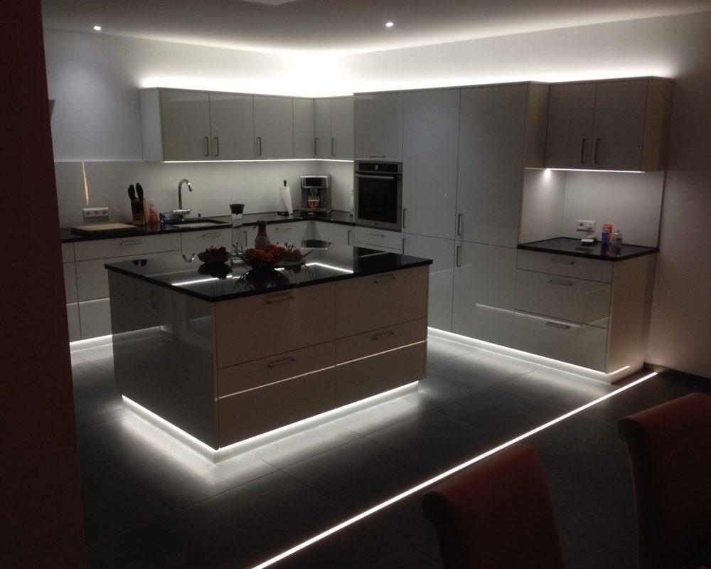 Schreinerei holzform Küche mit Lichtkonzept